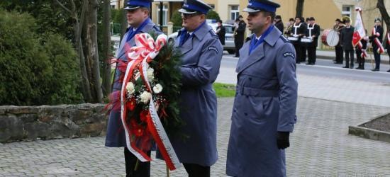 Ustrzyccy policjanci złożyli kwiaty przed pomnikiem poległych żołnierzy (ZDJĘCIA)