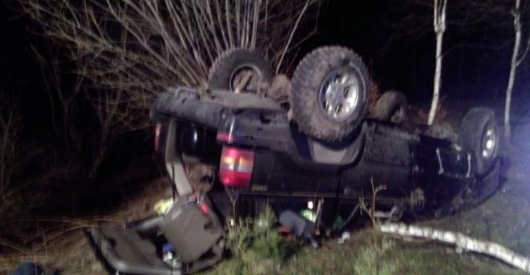 BIESZCZADY: Zasnął za kierownicą? Dachowanie, dwie osoby w szpitalu (ZDJĘCIA)