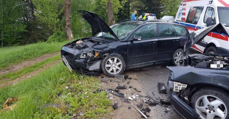 BIESZCZADY: Czołówka dwóch osobówek. 24-latka z obrażeniami trafiła do szpitala (ZDJĘCIE)