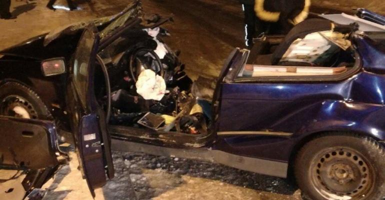 USTRZYKI DOLNE: Tragiczny wypadek. Uderzył w drzewo, nie żyje pasażerka (ZDJĘCIA)
