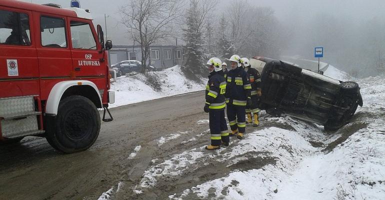 BIESZCZADY: Poranny atak zimy. Zderzenie osobówki z dostawczym na śliskiej jezdni (ZDJĘCIA)