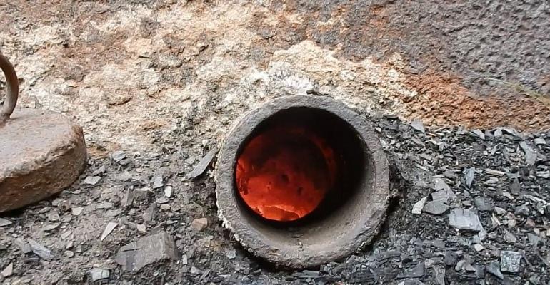 BIESZCZADY: Żar wprost z wnętrza retorty. Drewno zamienia się w węgiel (FILM)