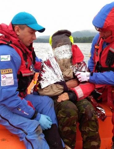 BIESZCZADY: Ewakuacja mężczyzny z półwyspu nad zalewem Solińskim (FOTO)