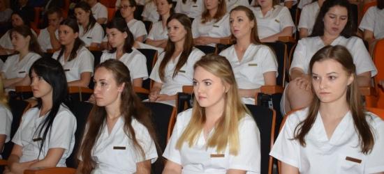 Uroczystość Symboliki Zawodu Pielęgniarki w sanockiej PWSZ. Przystąpiło 54 studentów (ZDJĘCIA)